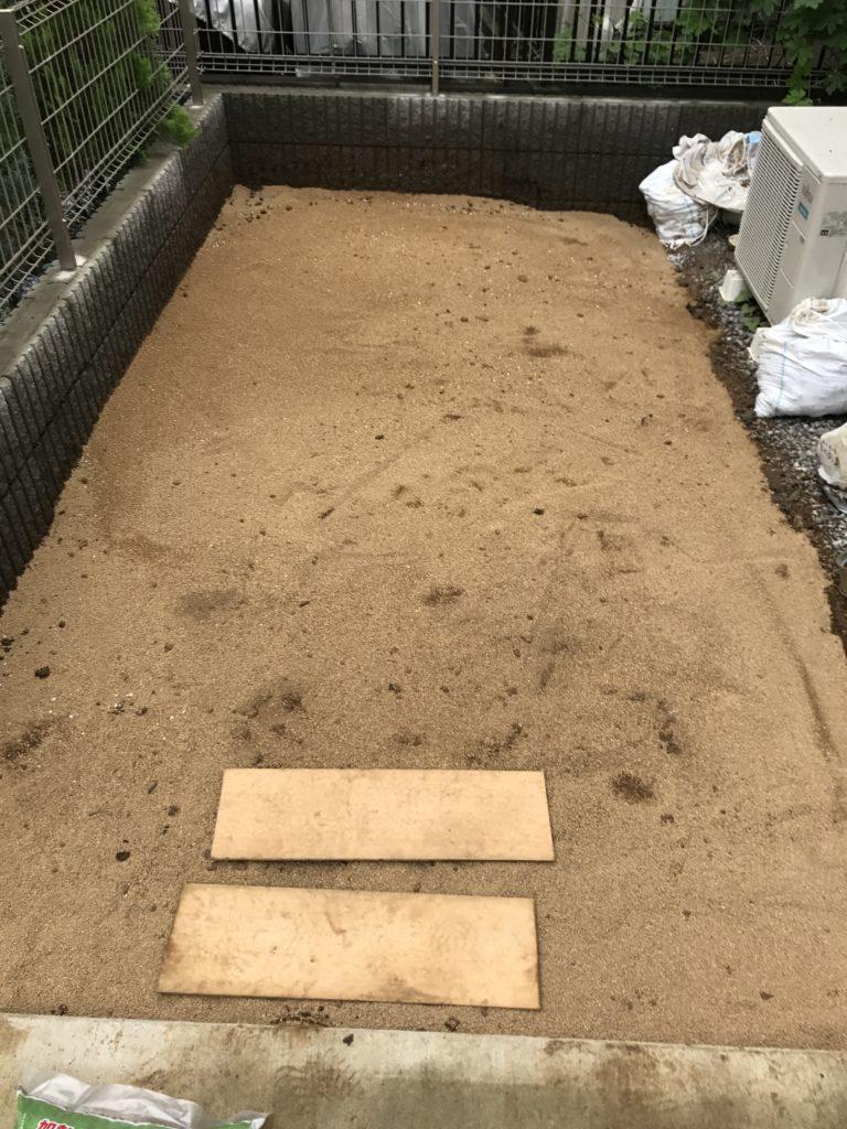 芝生用床土を敷いた