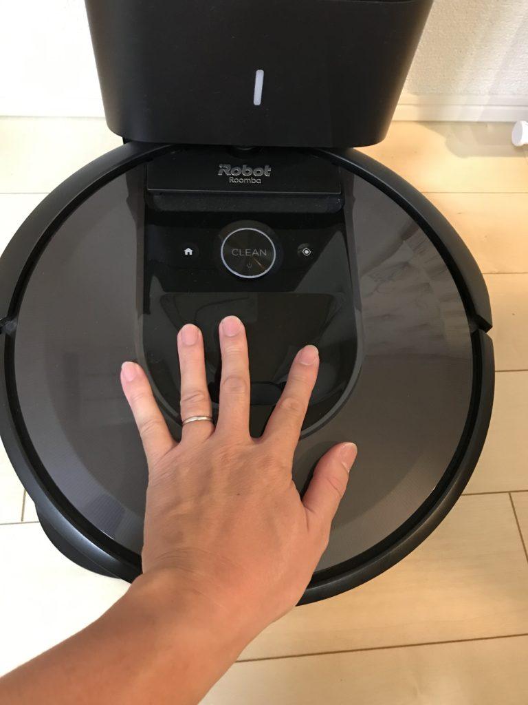 ルンバのサイズ感、僕の手と比較